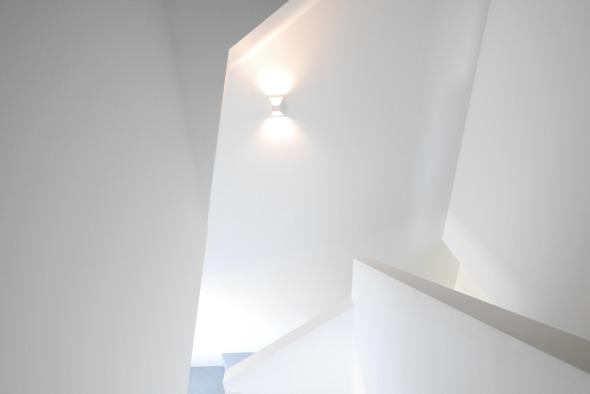cage escalier/plâtre peinture blanche, marches et contre marches: chape teintée. © j & m steinfels architectes
