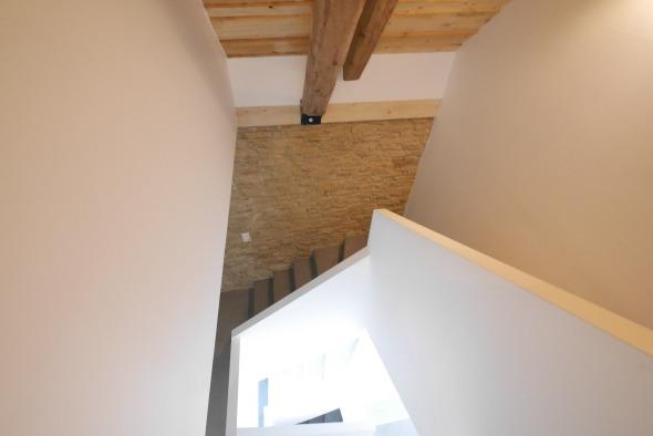 cage escalier -2ème étage/ Poutres, murs pierre et plâtre peinture blanche © j & m steinfels architectes