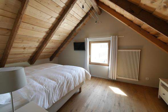 parquet chêne massifchambre 2ème/ sous pente lames en sapin d'origine, murs plâtre + peinture © j & m steinfels architectes