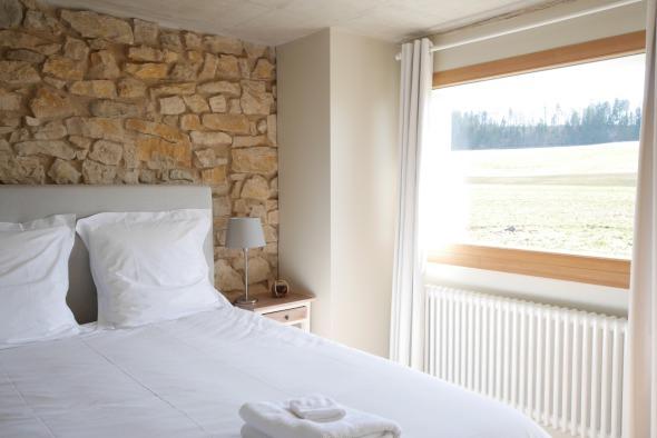 chambre 1er étage/ murs pierre et plâtre + peinture, parquet chêne massif © j & m steinfels architectes