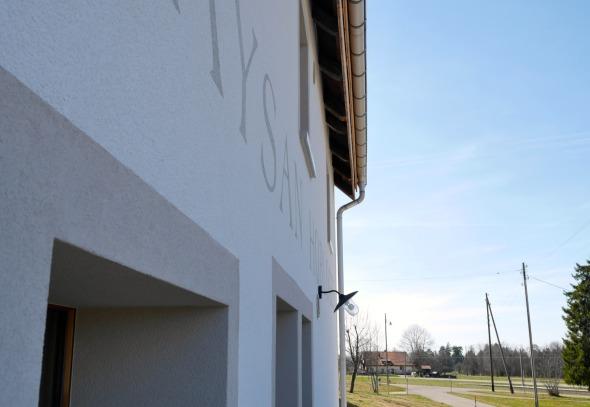 Détail façade/ isolation extérieure + crépi. Entourage fenêtres et écriture sur façade peinture couleur © j & m steinfels architectes