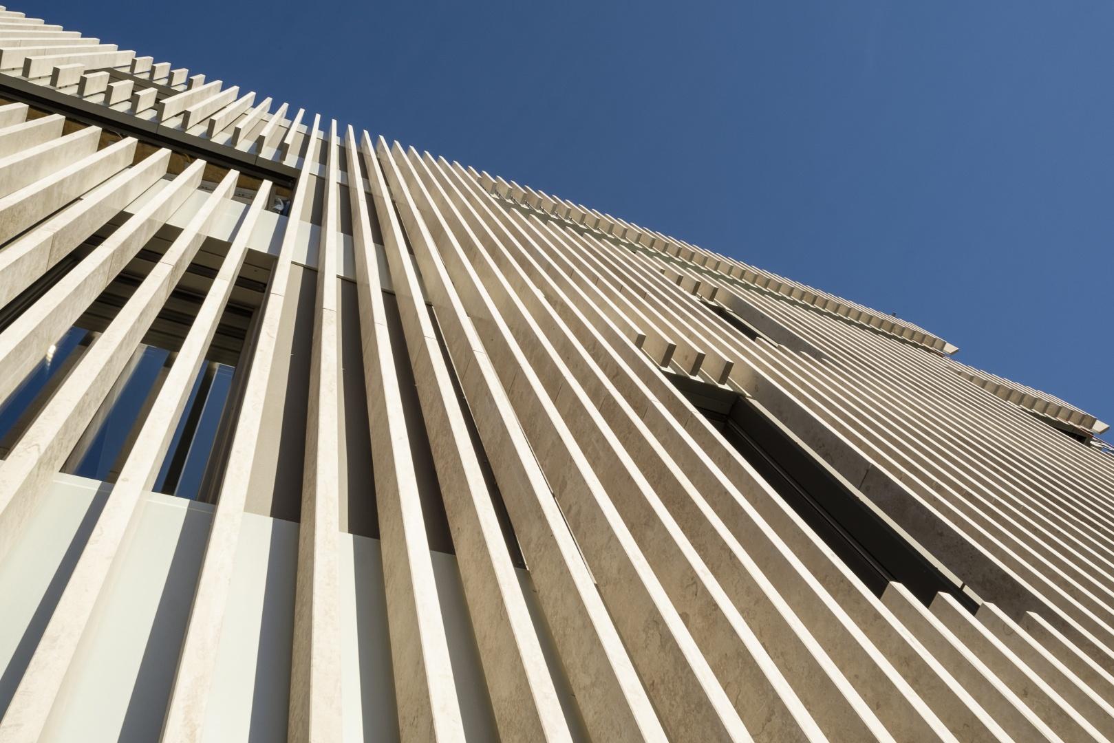 Fassadendetail mit Lamellen aus Naturstein © Hunkeler Partner Architekten AG