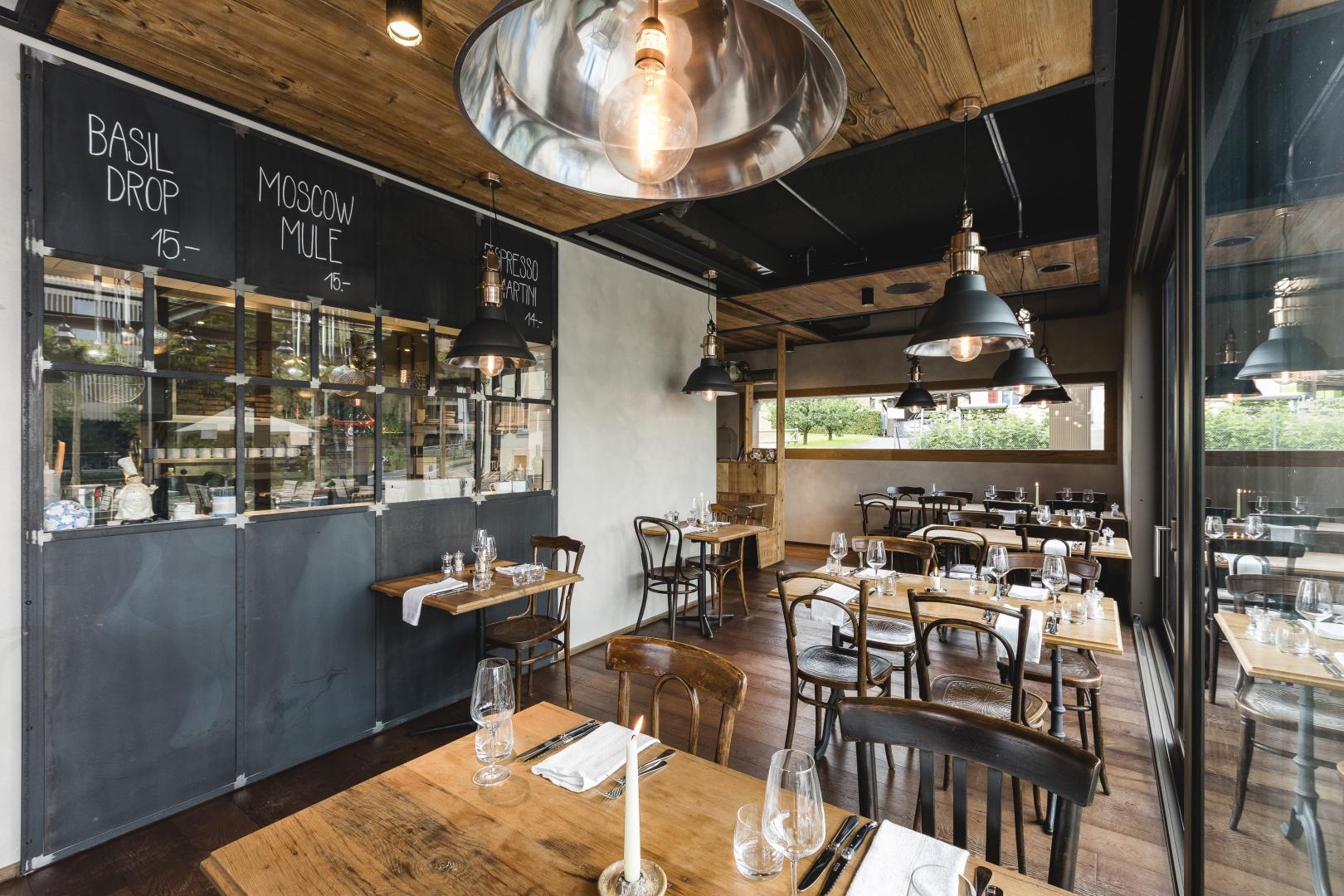 Tische mit Blick in Restaurantküche © IMAGESTUDIO | philipp koch photography