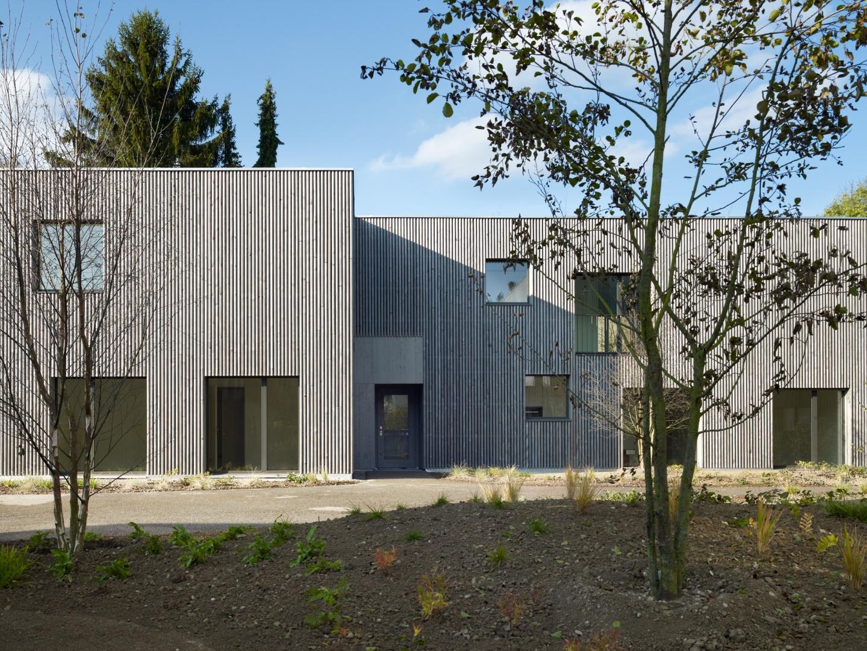 Fassade aus vorvergrauten Rundhölzern © Ruedi Walti, Basel