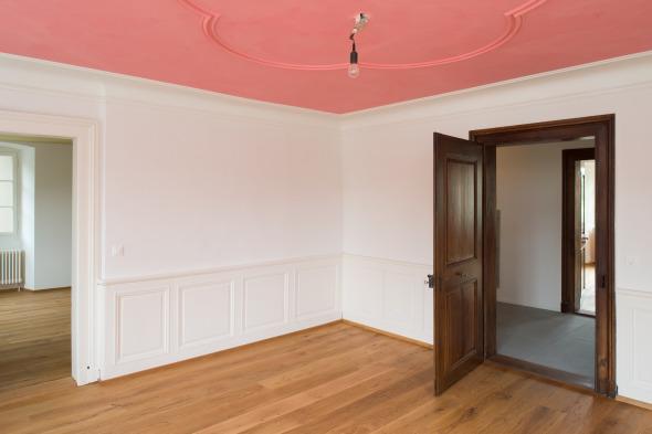 Rotes Zimmer mit originaler Nussbaumtüre  © Fotostudio Fischlin