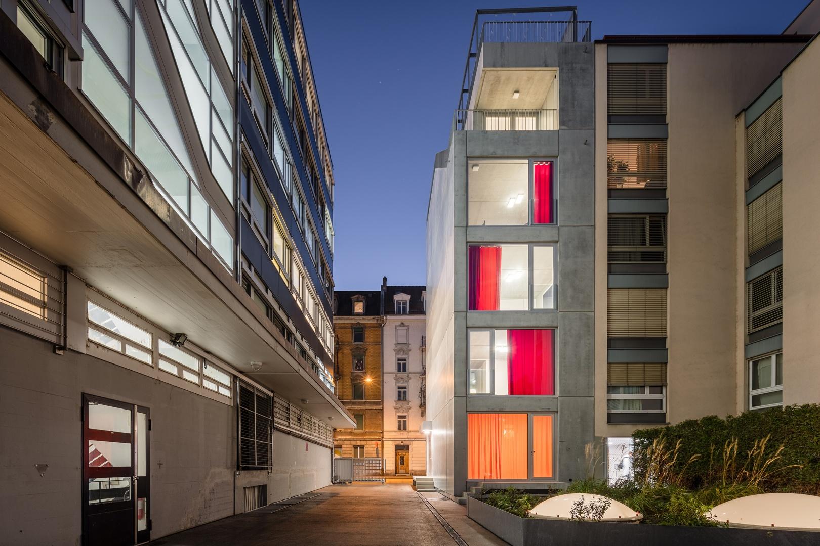 Fensterfront Innenhof © Radek Brunecky
