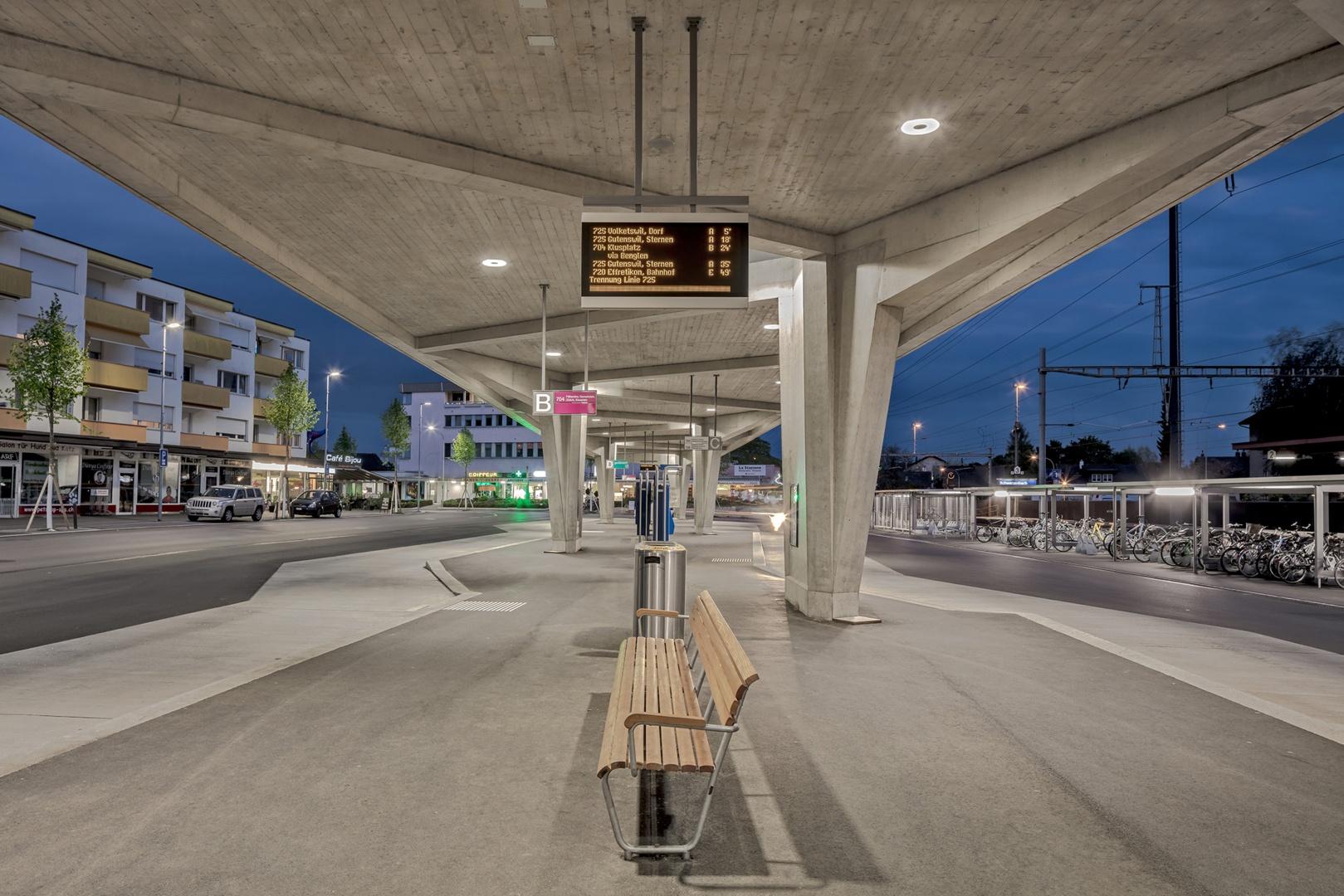 Wartebereich unter Busdach © René Dürr Architekturfotografie