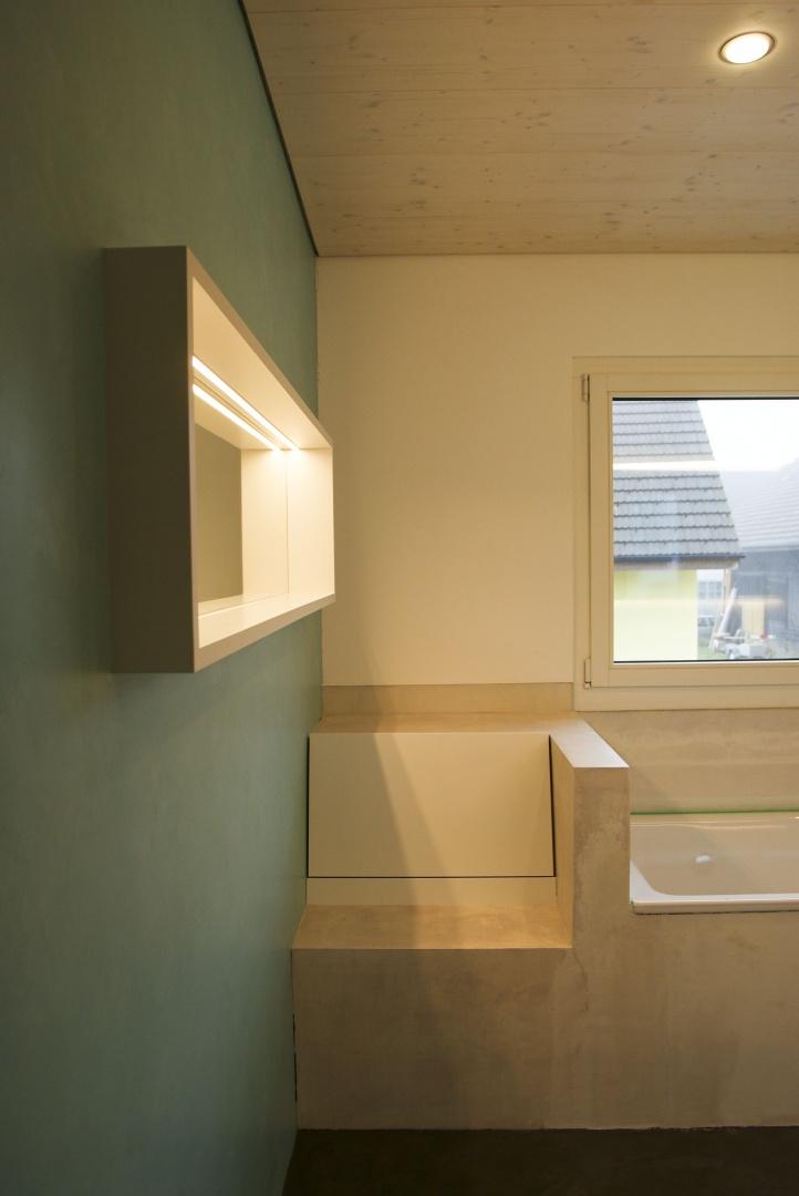 Wäscheabwurf und  Sitzgelegenheit in Badezimmer © Roth Architektur, Tal 34, 5705 Hallwil