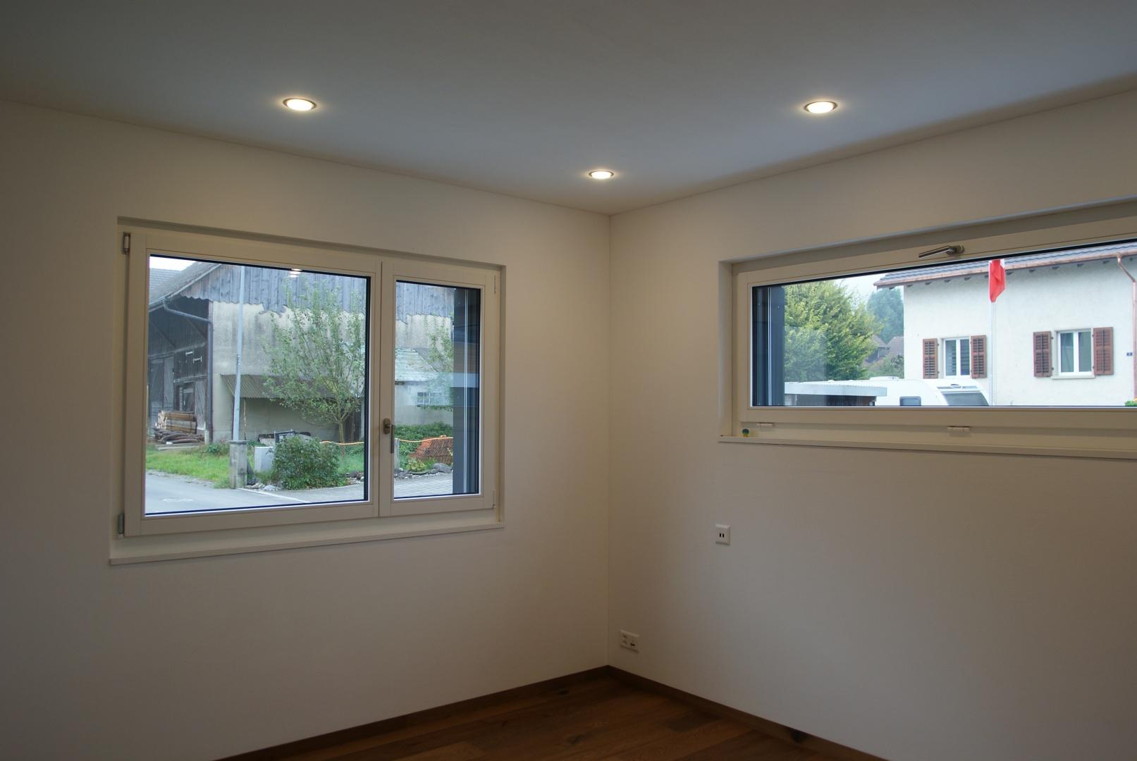 Büro mit hochliegenden Fenstern gegen Strasse © Roth Architektur, Tal 34, 5705 Hallwil