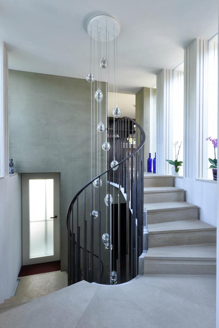 Spiralförmiger Treppenraum wird neues Verteilzentrum zwischen Alt- und Neubau. © DEON AG, Luzern 2018
