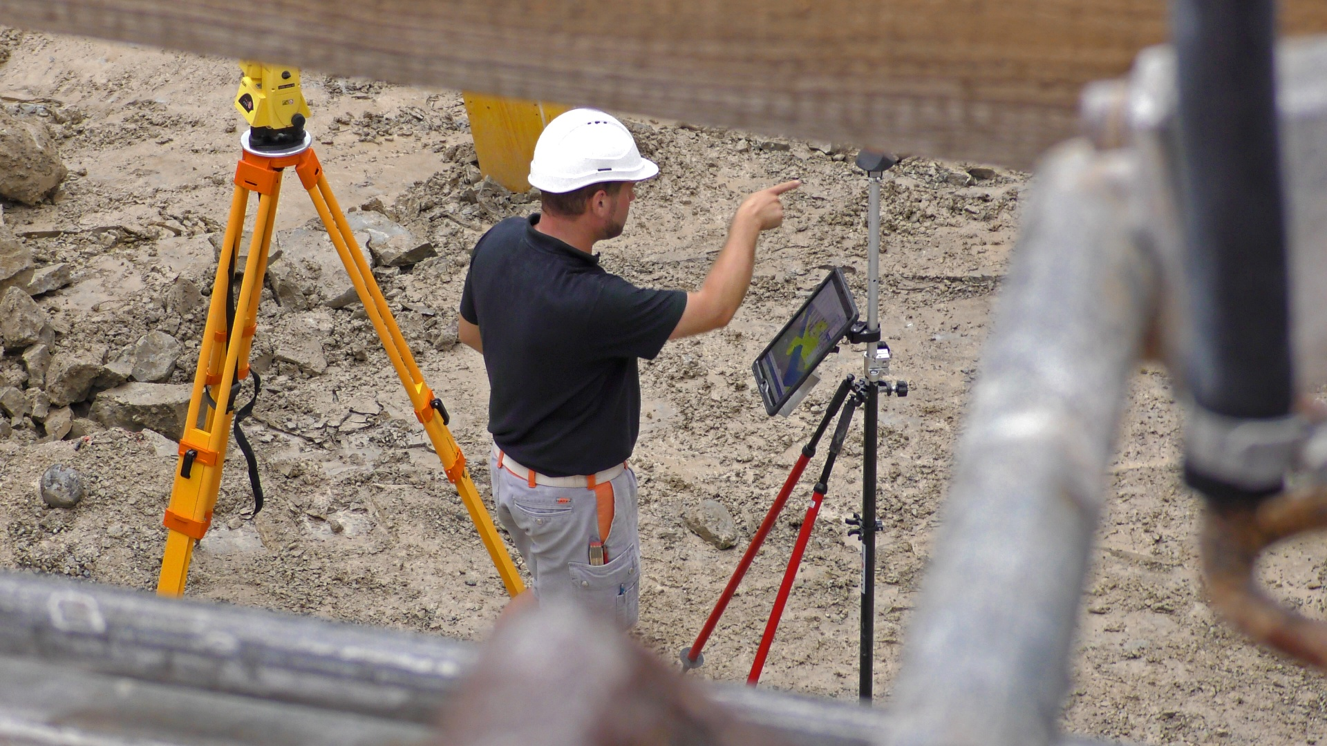 Baustelle mit Tablet © Basler & Hofmann AG