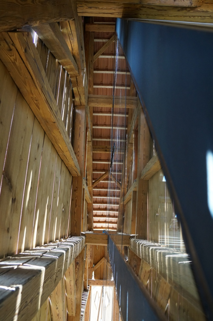 Zwischenraum Scheune / Glashaus mit direkter Sonneneinstrahlung und Spiegelungen © Benno Helmlinger, Architekt