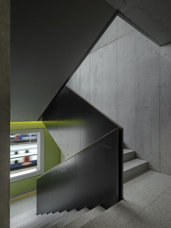 Die innere Erschliessung der 29 Eigentumswohnungen steht in ständigem Bezug zu den Gleisen. © Roger Frei, Zürich