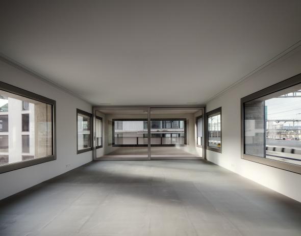 Die Loggia schafft einen fliessenden Übergang zwischen Innen und Aussen. © Simon Menges