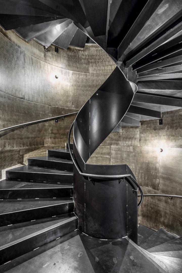 Der fest eingebaute Erschiessungskern als Wendeltreppe aus rohem Stahl, der farblos geölt  ist, verbindet sämtliche Etagen des Hauses. © Ralph Feiner