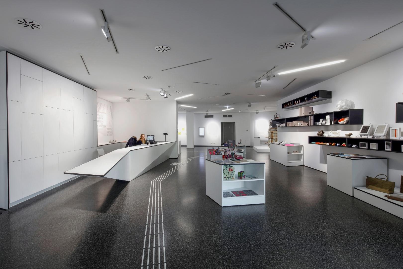 Eingangsfoyer, links die Kasse: Das Museum verfügt über ein taktiles Leitsystem für Sehbehinderte,  das auch zur Raumgestaltung eingesetzt wurde. © Holz