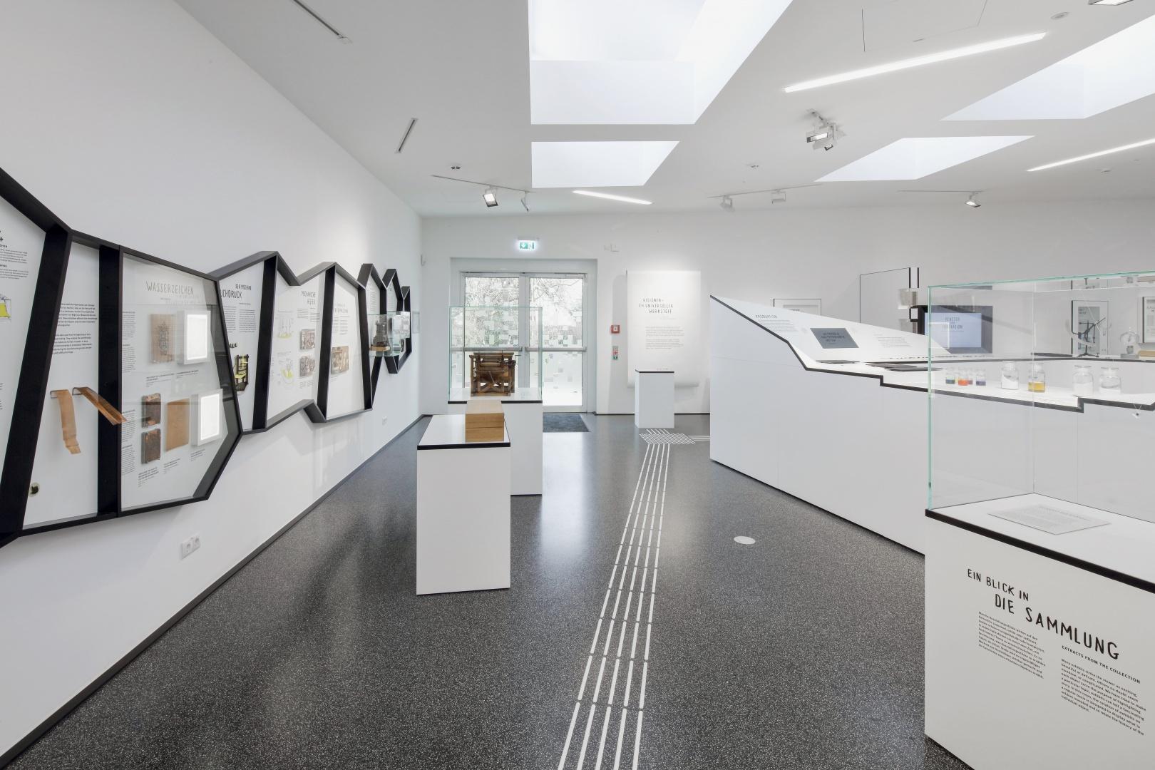 Einstieg in die Dauerausstellung: Links in den Rahmen wird die Geschichte des und Geschichten über das Papier vermittelt, rechts die sogenannte Wertschöpfungsinsel. © Savelsberg