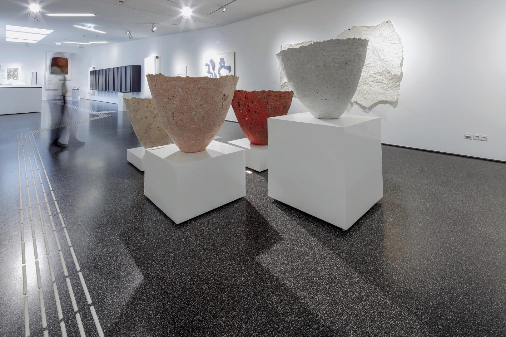 Wechselausstellungsbereich: Derzeit werden hier Papierabgüsse vom Inneren von Schöpfbottichen gezeigt. © Bey, Igneci, Neubert, Temizer