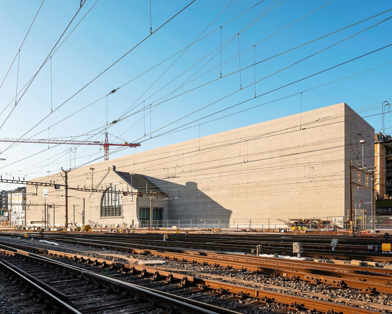 Die Umsetzung dieses ehrgeizigen Programms, eines 140 Meter langen Gebäudes, hat direkte Auswirkungen auf die Bahngleise. Das Gebäude ist zweckmässig geplant, in schlichter  Formensprache als Monolith ausgeführt. © Matthieu Gafsou