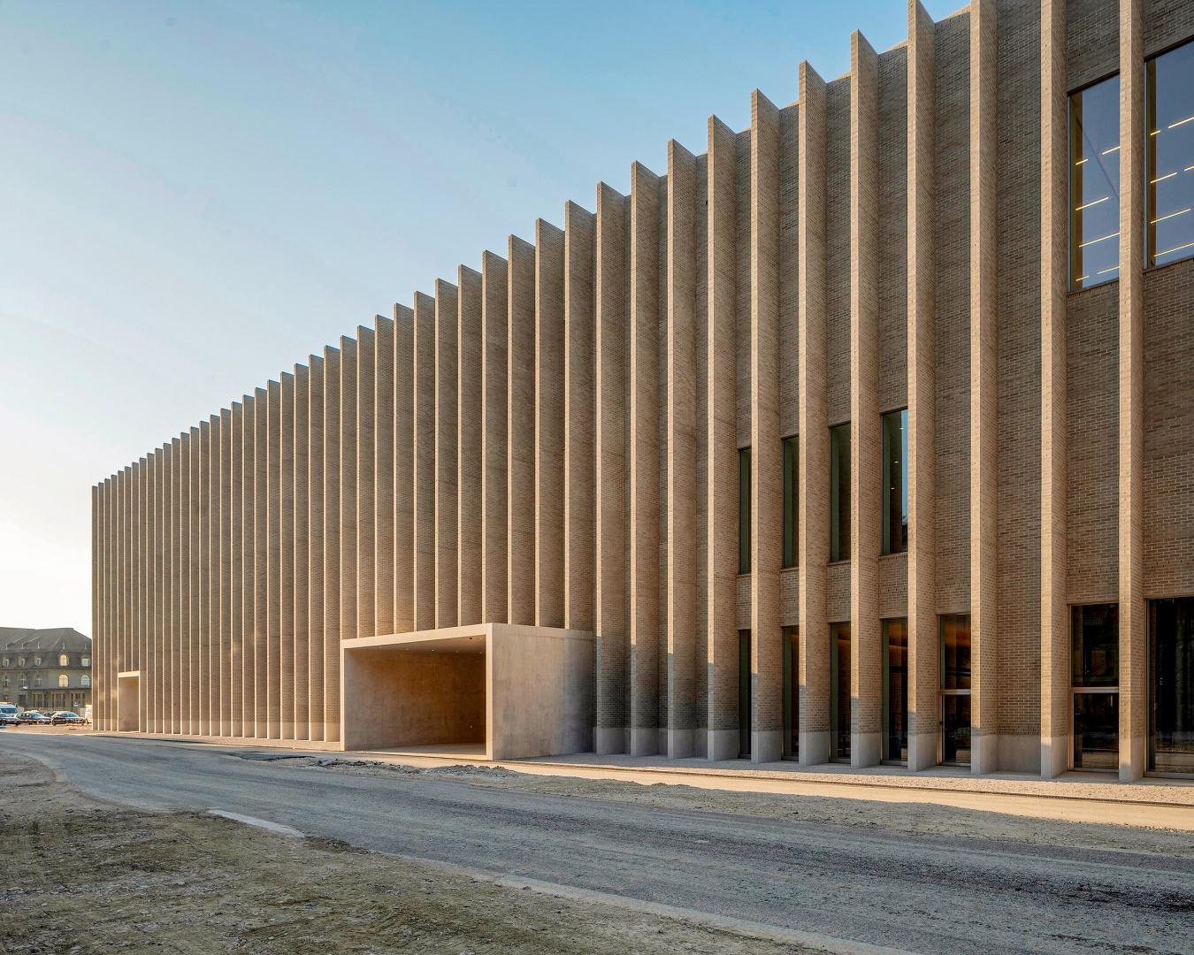 La façade est «allégée» par des éléments verticaux répétitifs. En choisissant cette disposition particulière, la massivité du bâtiment est rompue. © Matthieu Gafsou