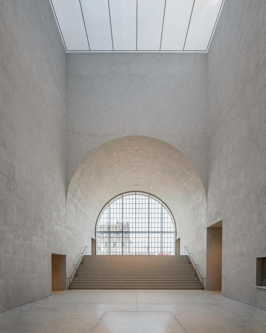Le magnifique hall intègre le couloir d'entrée principal de l'ancienne halle aux locomotives. Cela a permis de maintenir l'histoire du lieu et son passé industriel. © Matthieu Gafsou