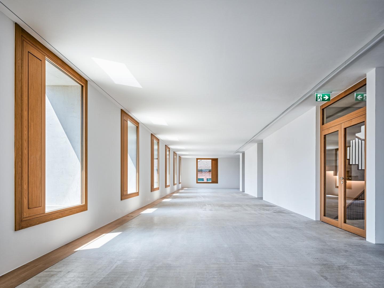 Blick in ein Regelgeschoss:  Das Fenster ist an der Innenkante der Laibung angeschlagen. Dadurch ergibt sich eine Verschattung der grossen Fensterelemente – gut  gegen Sonneneinblendung. © Roger Frei