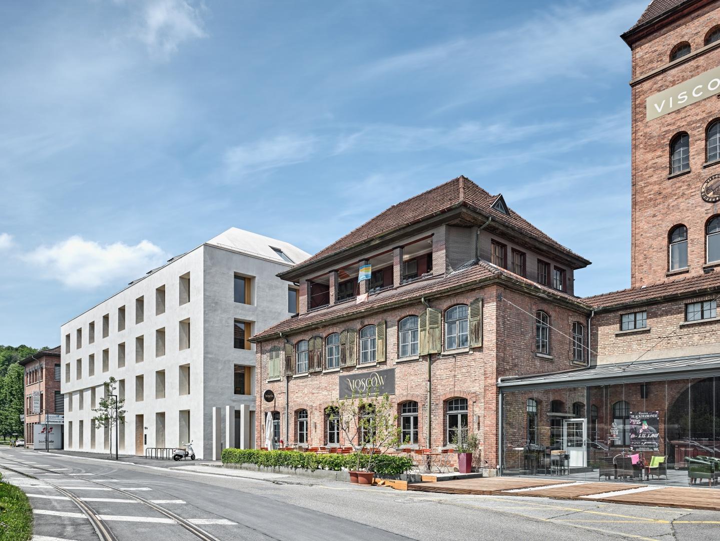 Die Proportionen des neuen, fünfgeschossigen Baukörpers sind behäbig aber ausgewogen,  auf halber Höhe gegliedert mit einem Versprung in der Fassadenkante. © Roger Frei