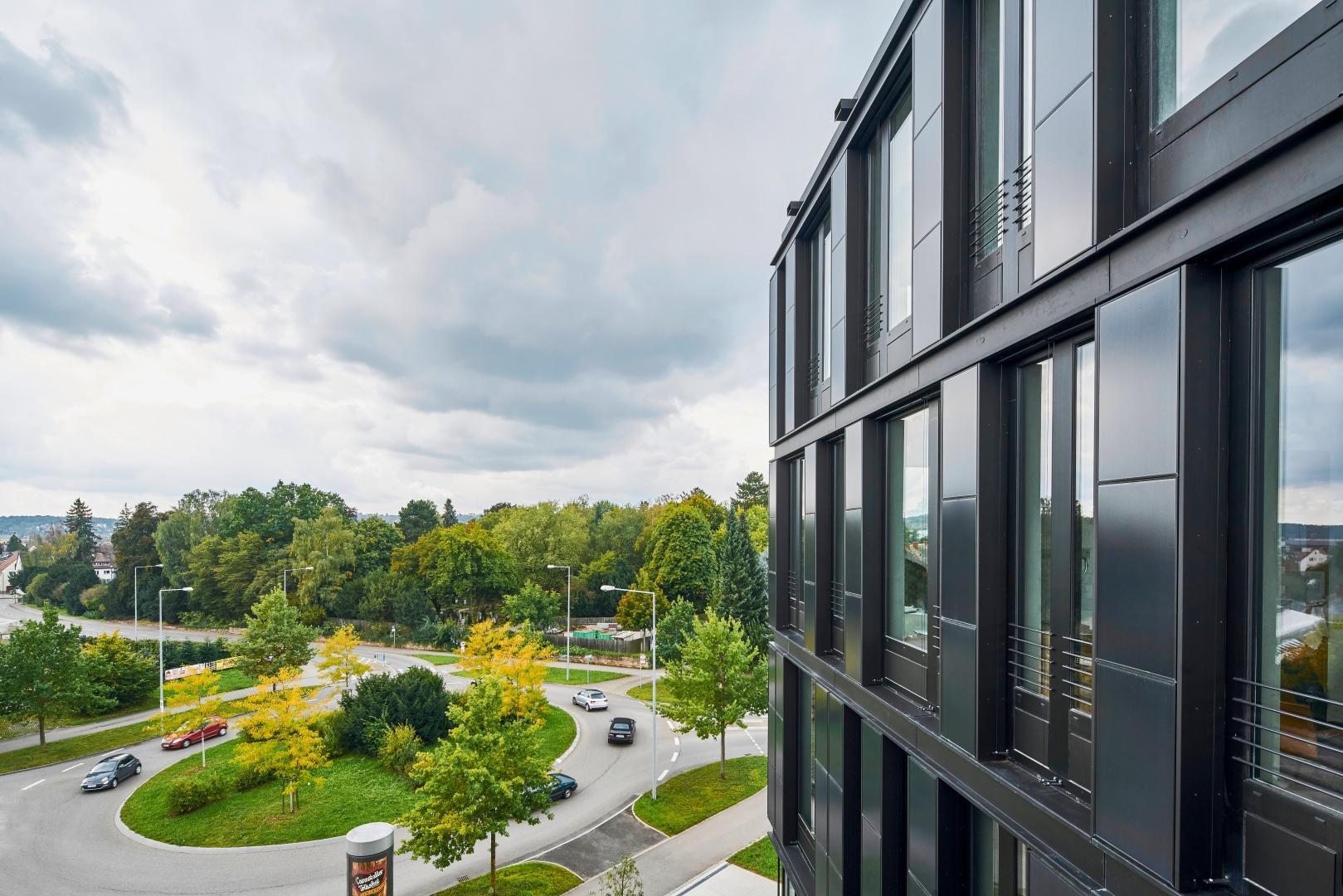 Das Grundstück des ZSW liegt an der südwestlichen Spitze des STEP Stuttgart Engineering Park. Direkt vom Kreisverkehr aus erfolgt die Zufahrt zum Gebäude – eine baurechtliche Ausnahme, die von  einer guten Zusammenarbeit mit den Behörden zeugt. © Jens Willebrand