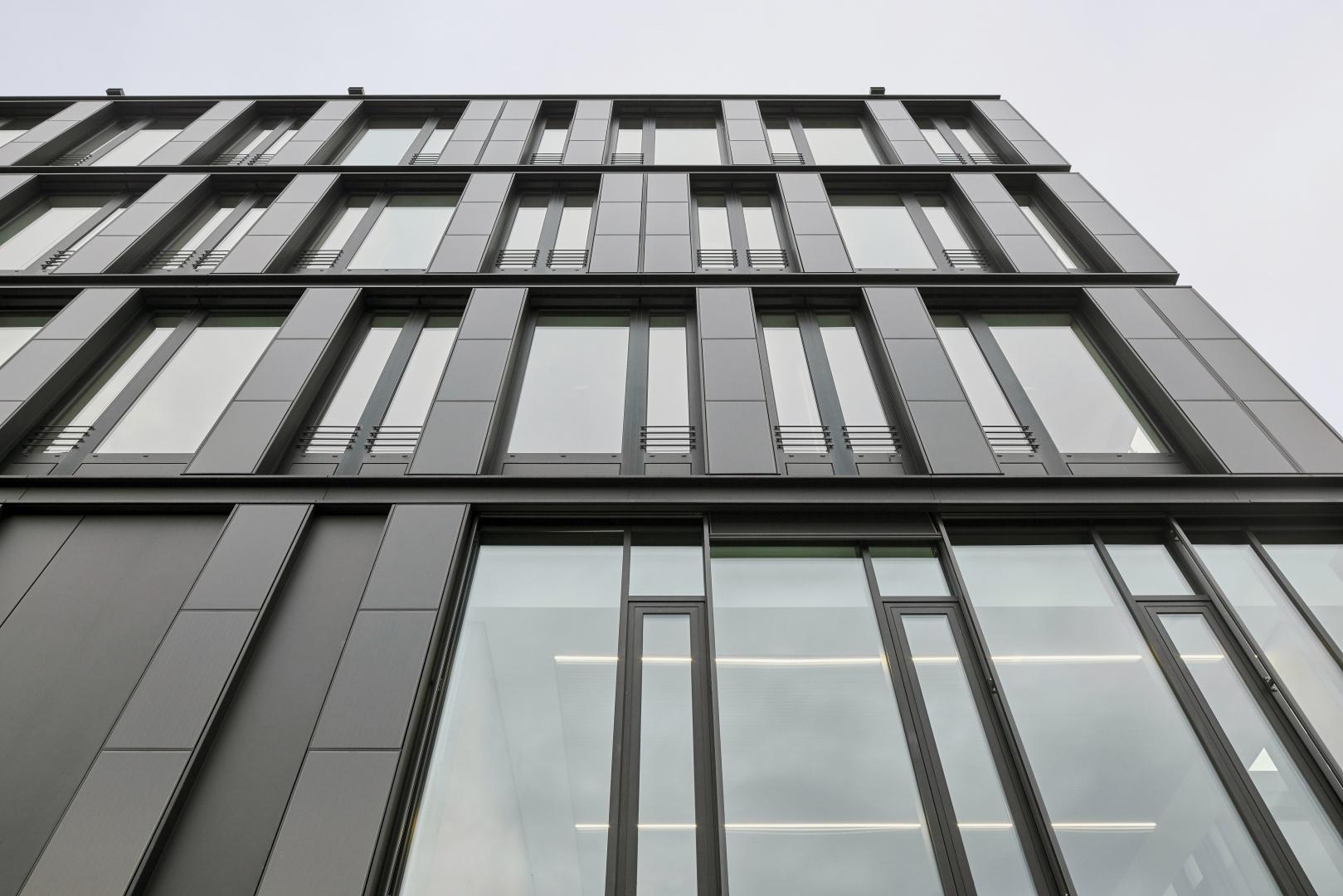Ohne die Unterkonstruktion verändern zu müssen, ist ein Tausch der opaken Fassadenelemente mit entsprechenden PV-Elementen möglich. © Jens Willebrand