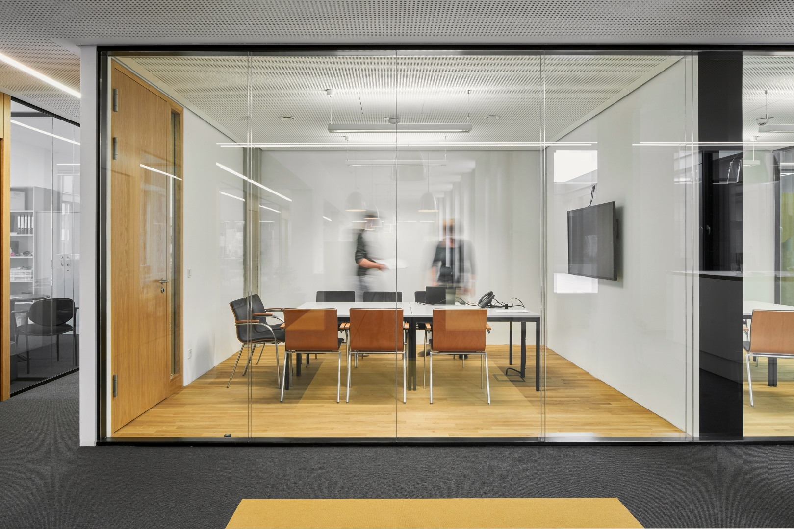 Im Innenraum herrschen helle Farben vor, lediglich  die teilweise dunklen Bodenbeläge greifen das Farbschema der Fassade auf. © Jens Willebrand