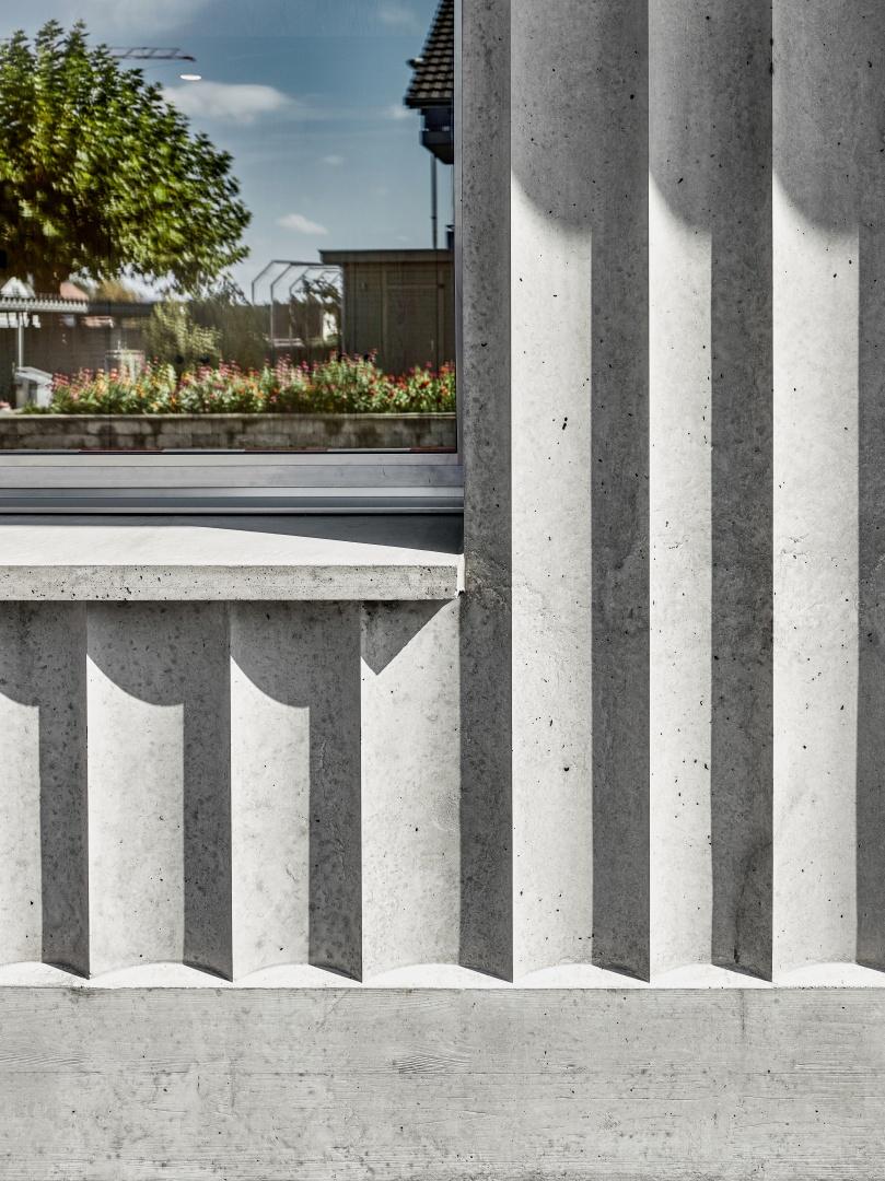 links: Zu diesem Faltenwurf kamen die tragenden, in Ortbeton ausgeführten Fassaden durch die Einlagen der wellenförmigen Elastomer-Matrizen. © Malte Kloes, Christoph Reichen