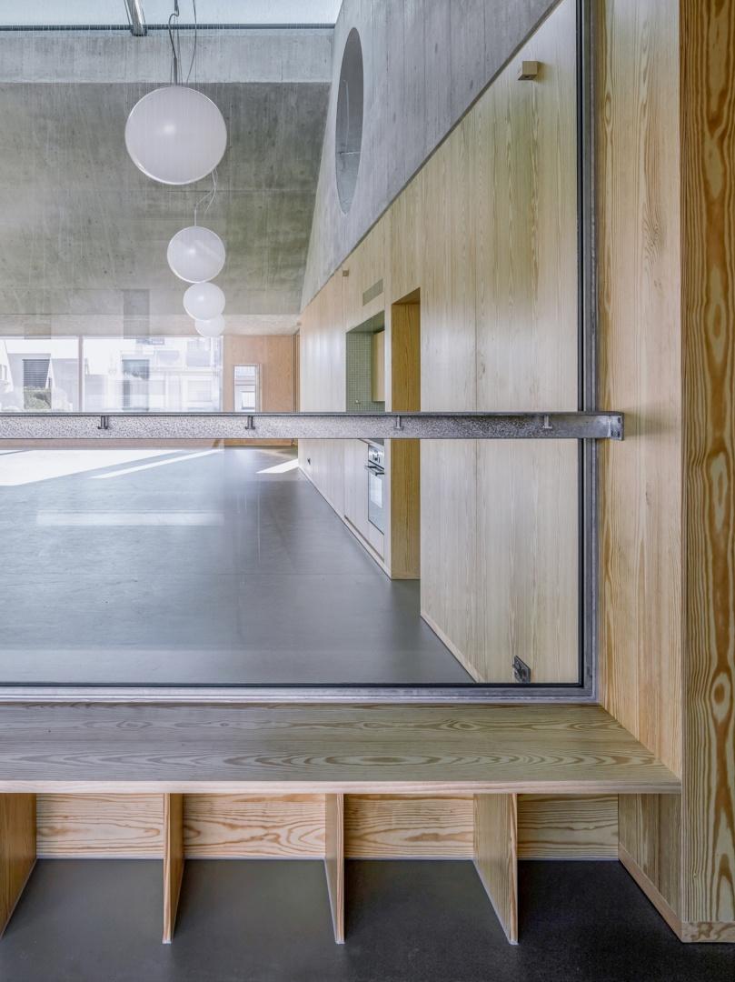 Die feuerverzinkten Garderobeleisten sind vor den raumhohen Innenverglasungen angebracht: Die Durchsicht ist gewährleistet. © Malte Kloes, Christoph Reichen