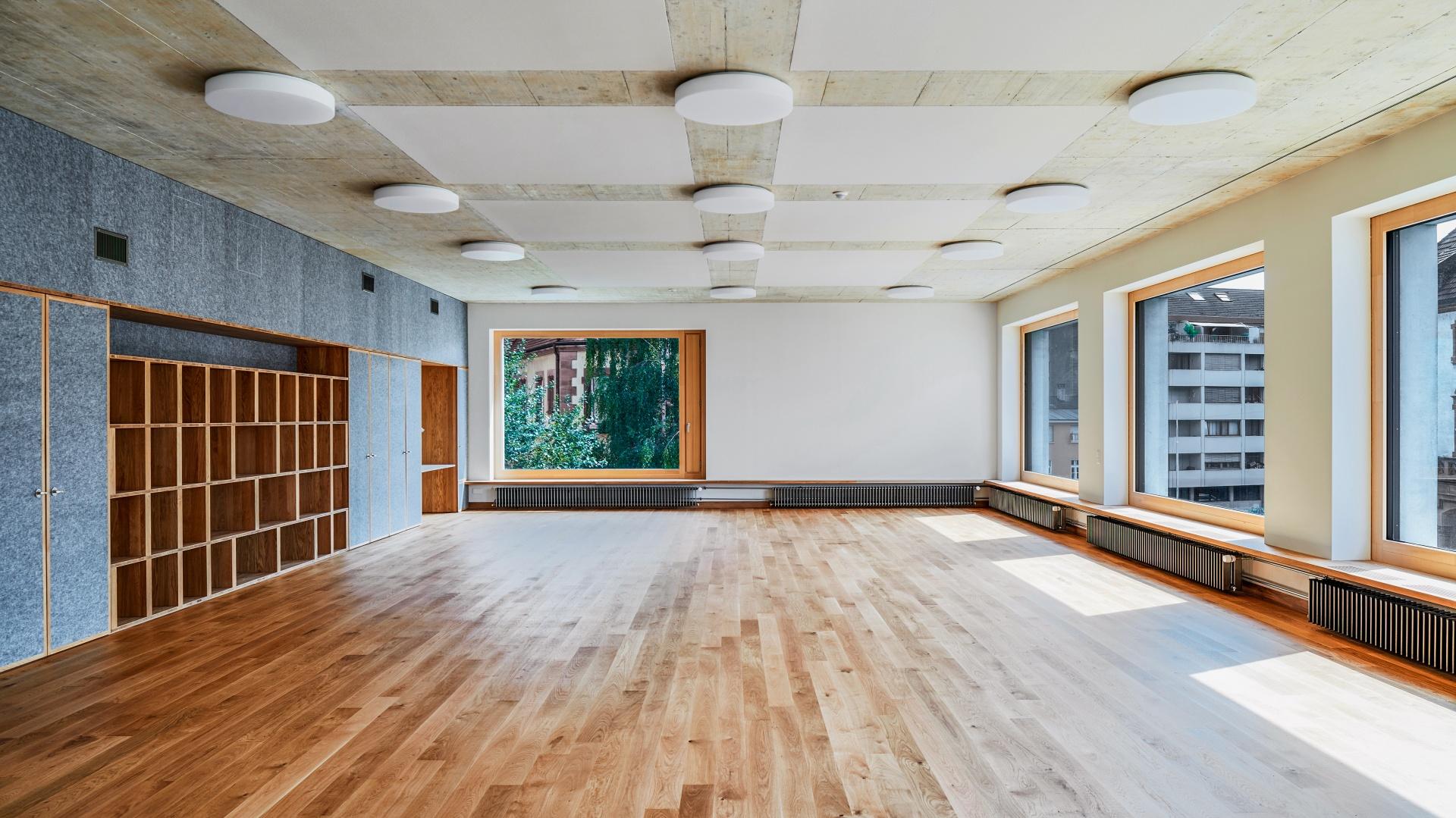 De très grandes surfaces vitrées dans la classe réservée à l'histoire naturelle. À gauche, des plaques en PET recyclé de couleur cendre disposent d'un effet insonorisant. © Roman Weyeneth