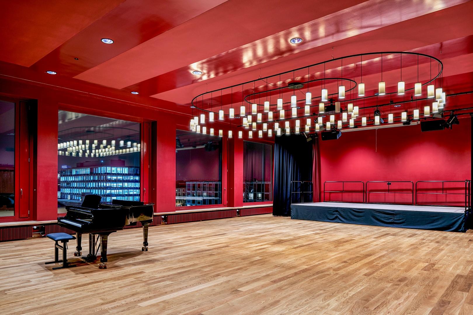 Le 5ème et dernier étage parachève le bâtiment solennellement, avec l'auditorium, qui est entièrement décliné en  rouge. © Roman Weyeneth