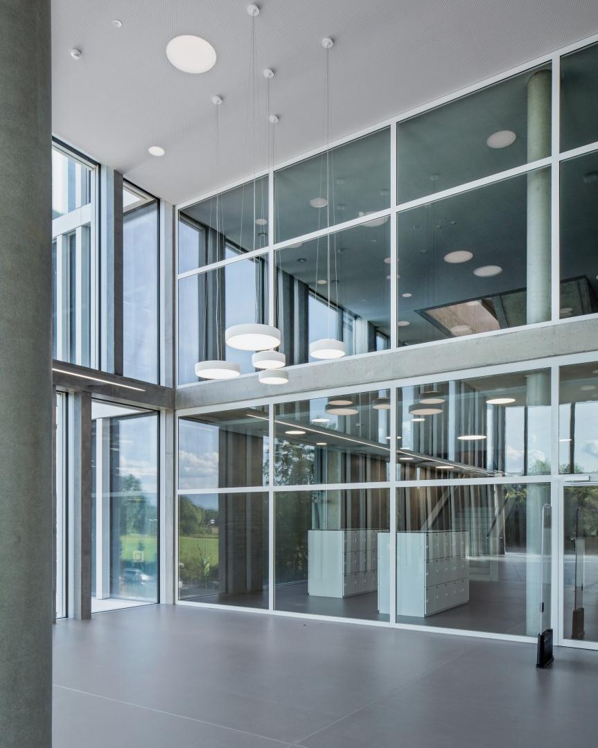 La médiathèque se développe  sur deux étages et dispose  de grandes façades vitrées donnant sur les couloirs. © yves-andre.ch