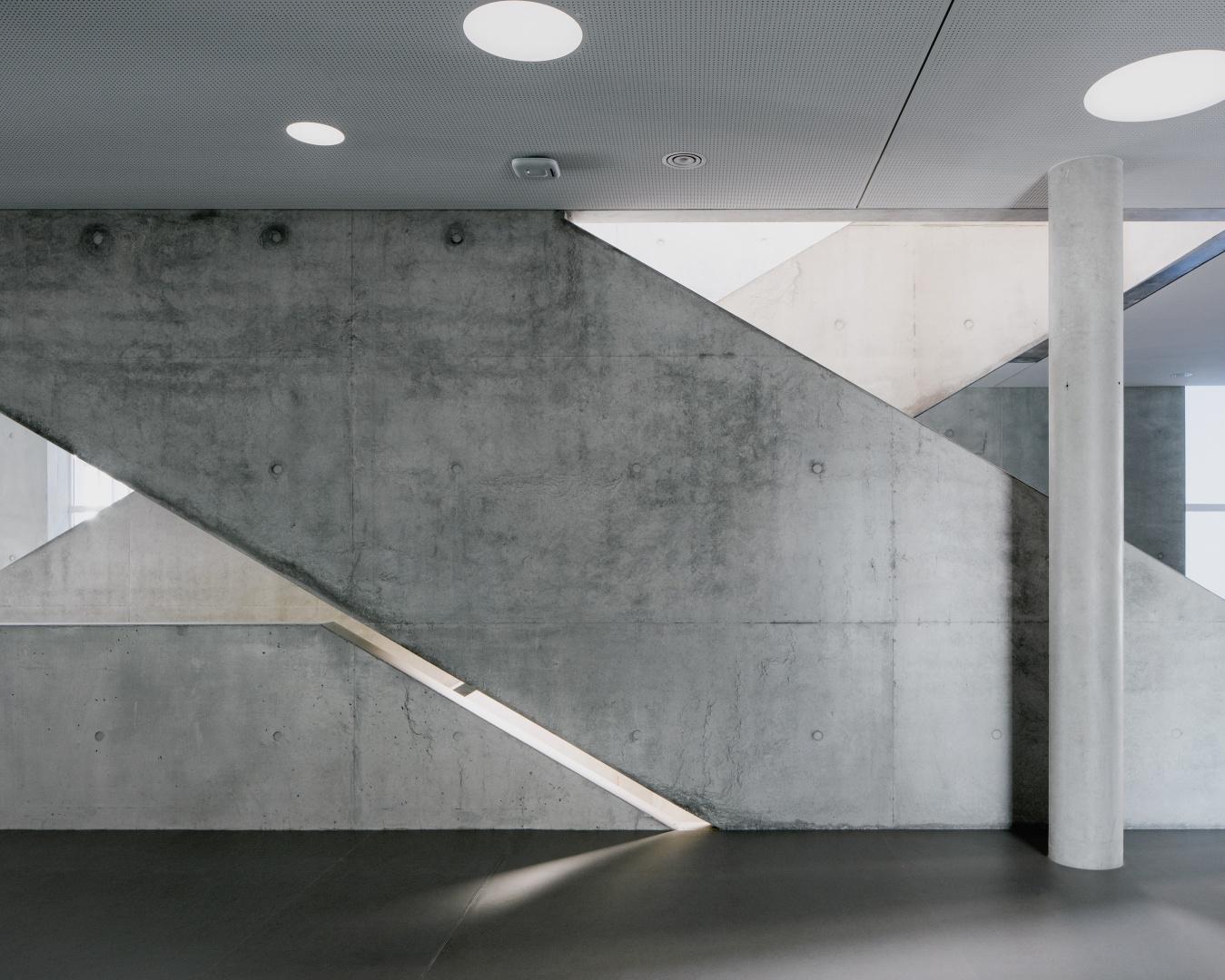 L'escalier avec des fentes  de lumière dans les parapets  en béton étaient un grand  défi pour les artisans qui ont  exécuté les travaux. © yves-andre.ch