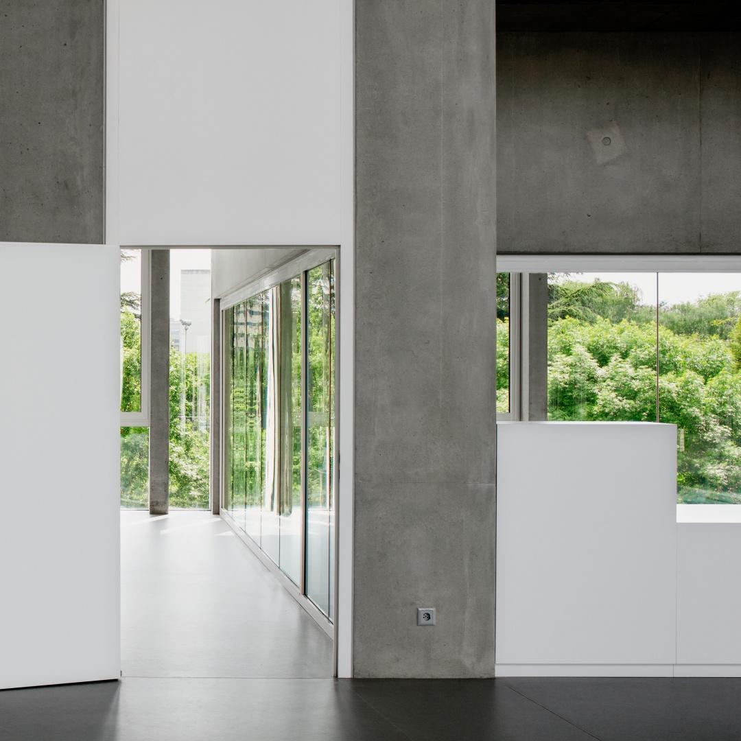 À l'intérieur, les architectes jouent sur l'alternance  entre le béton apparent et  les surfaces blanches lisses. © yves-andre.ch