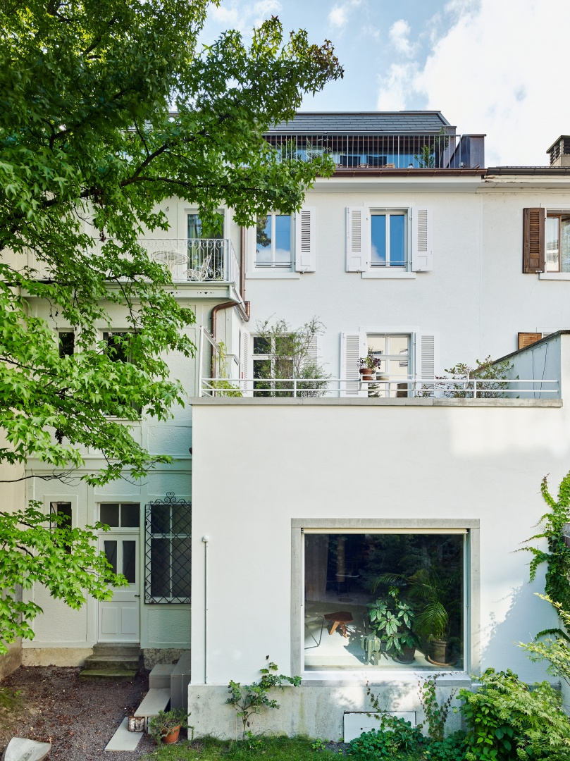 Blick auf den hofseitigen Anbau aus dem Jahr  1946. Neu eingefügt wurde  das grosse Fenster zur Gartenseite. Drei Freisitze  und eine Dachterrasse  stapeln sich übereinander. © Beer Merz Architekten