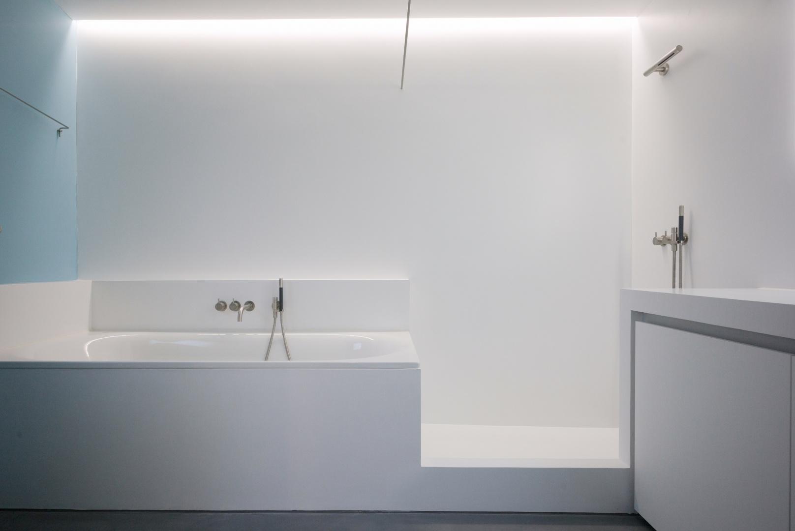 Badezimmer, Badewanne und Dusche © www.hansjoergbetschart.ch