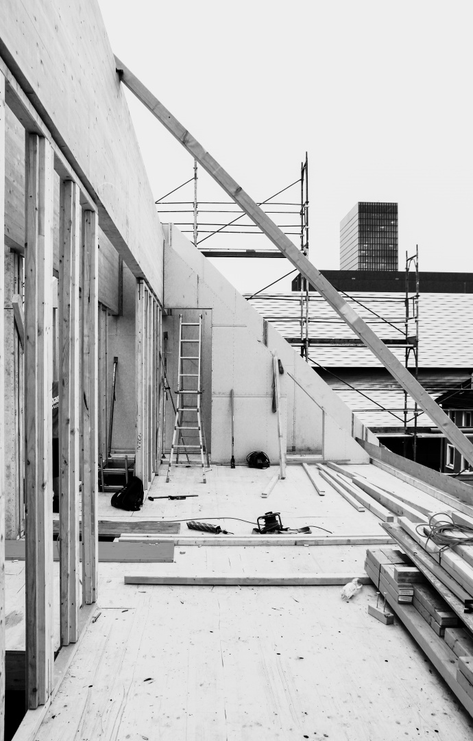 Baustellenfoto: Klar erkennbar sind die beiden tragenden Firstpfetten.  © Lukas Räber