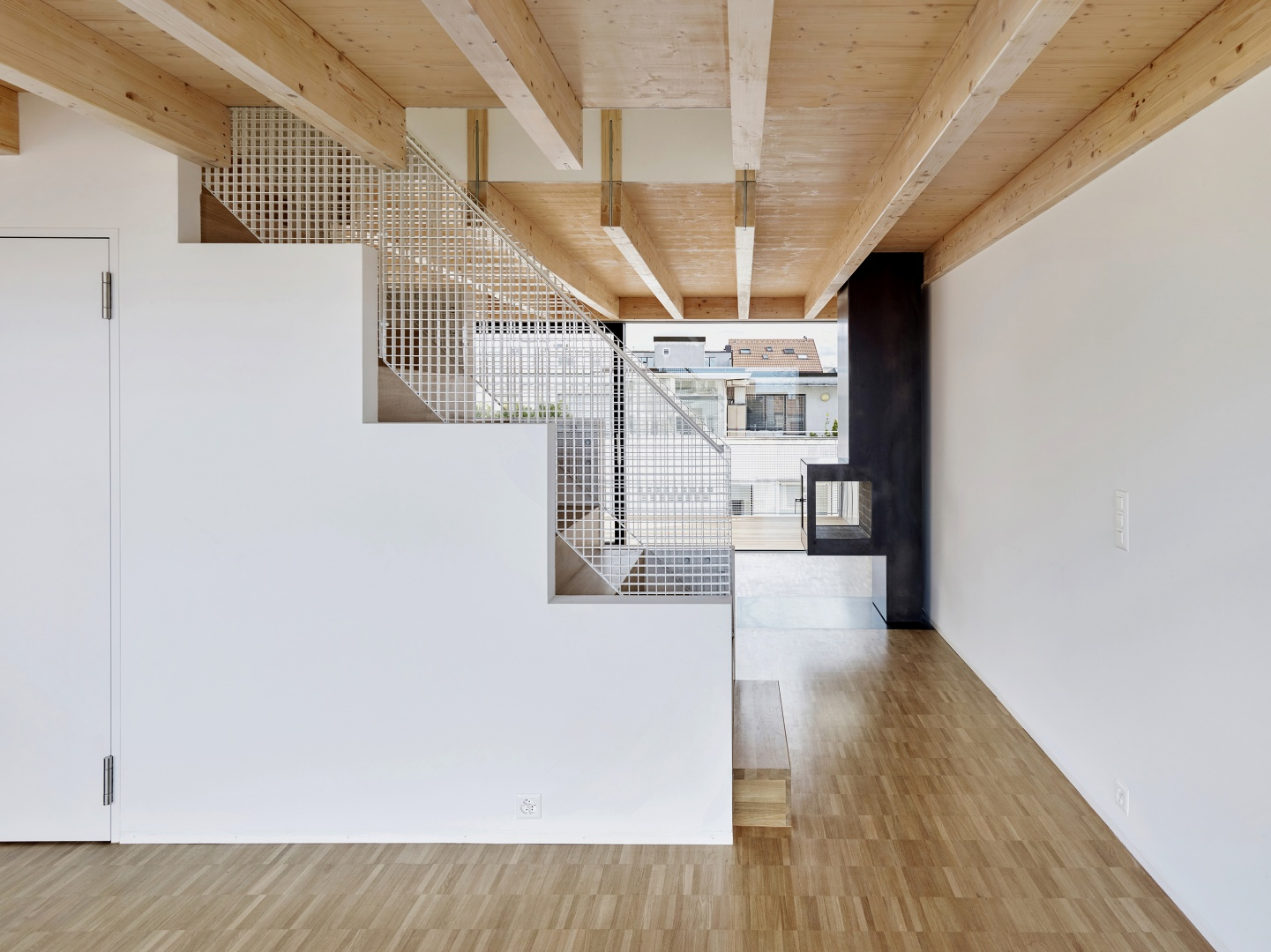 Das frei gespannte Wohngeschoss wird räumlich durch das zentrale Erschliessungselement gegliedert. © Lukas Räber