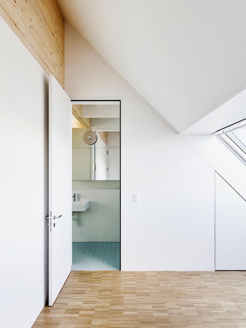 Die oberen, introvertierten Dachkammerräume sind als Schlafräume mit eigenem  Bad ausgeführt. © Lukas Räber