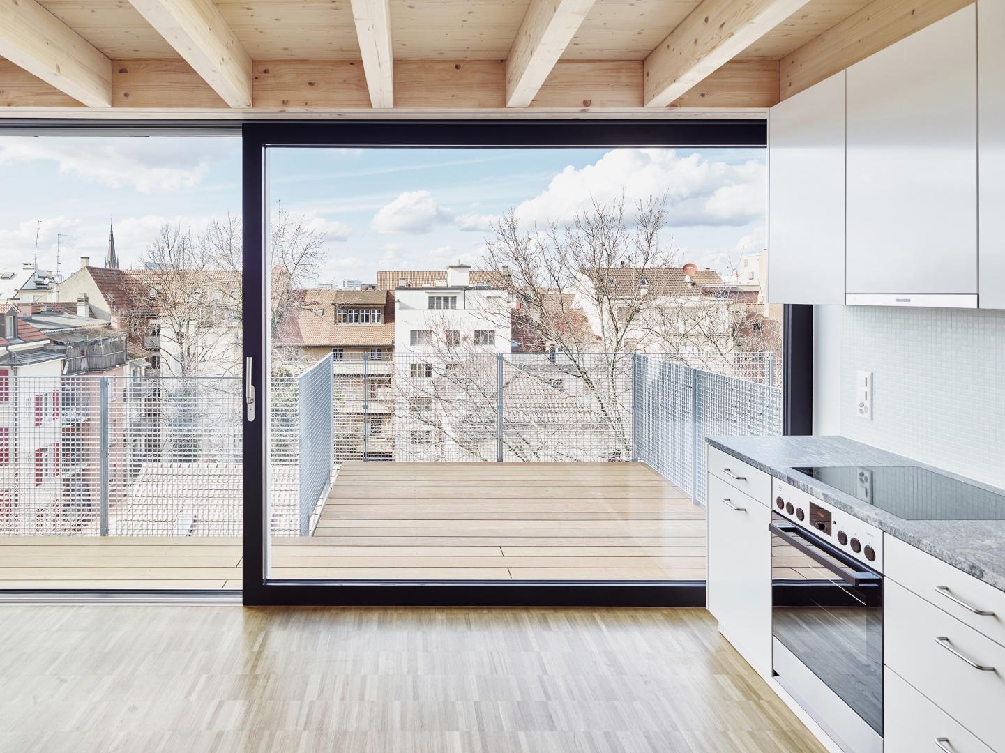 Durch die abgehängte Deckenkonstruktion wird das untere Wohngeschoss räumlich frei gespielt. © Lukas Räber