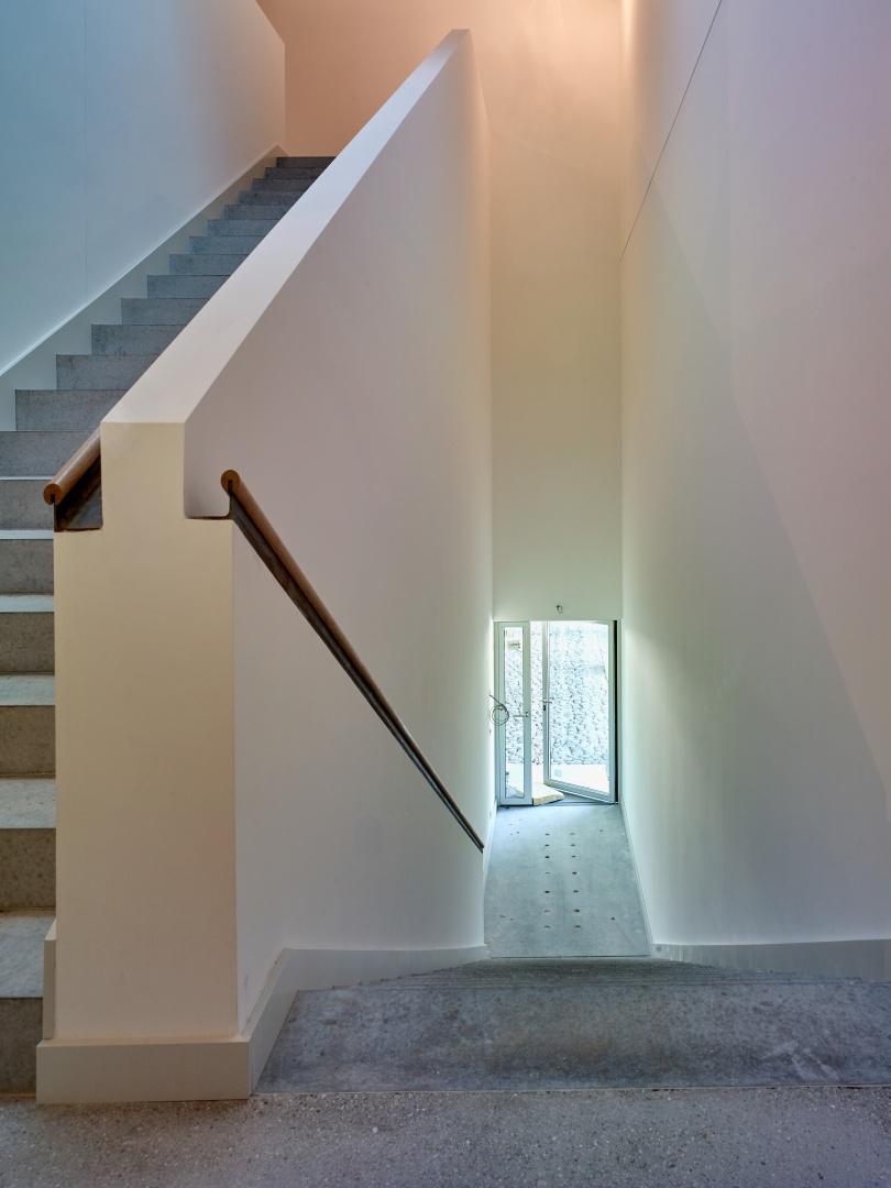 Das Treppenhaus  ist 1,50 m breit. Das  Geländer ist wie bei  einem Frachtschiff mit einem Handlauf aus Rohstahl und Eiche versehen. © Werkhof