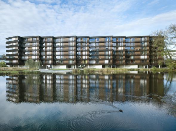 Der sechsgeschossigen Baukörper liegt direkt am Weiher © Foto: Ruedi Walti, Basel