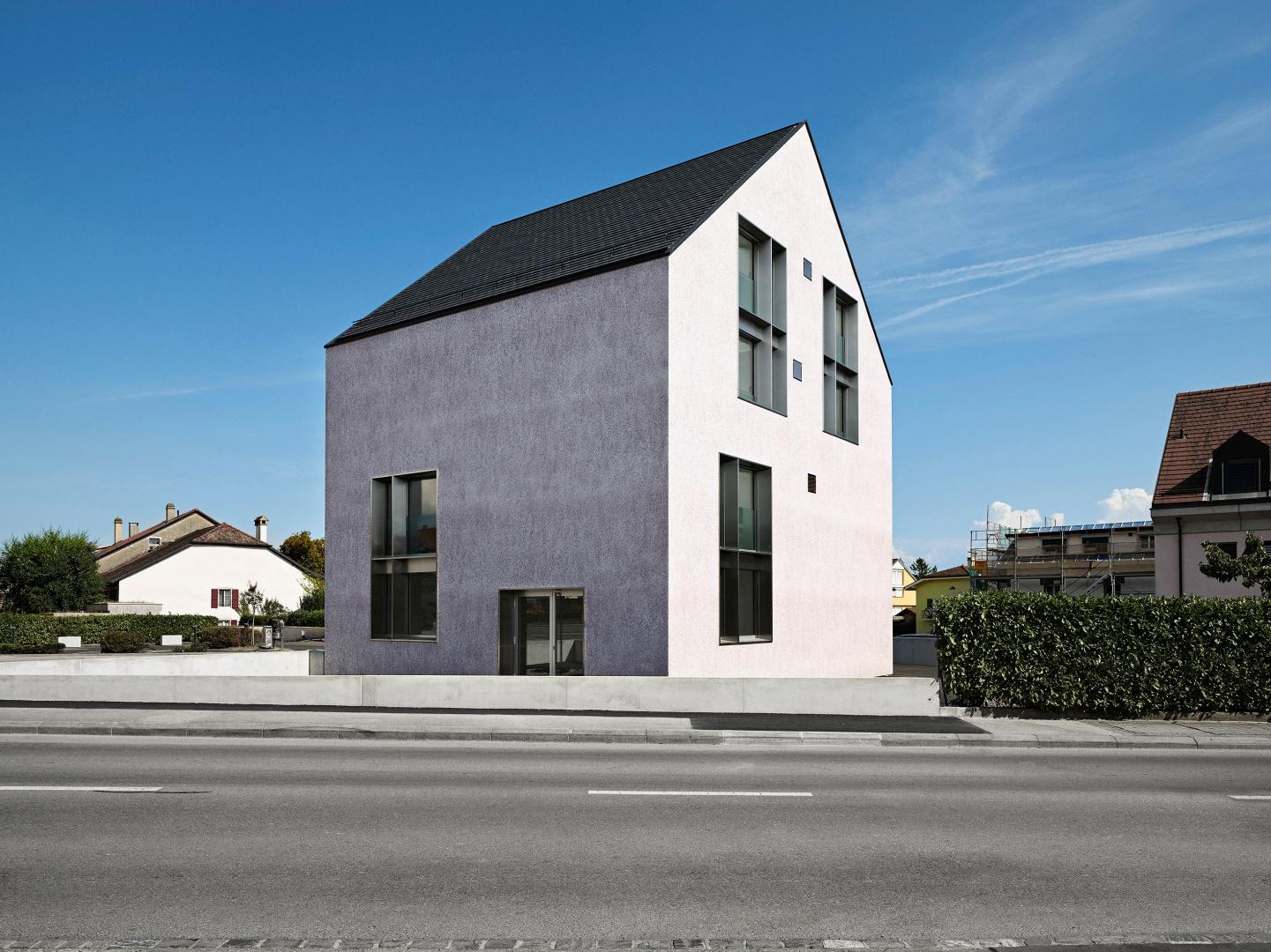 Die Geometrie des Gebäudes erhält die Erinnerung an das ehemalige Einfamilienhaus aufrecht und ist von Kinderzeichnungen inspiriert, indem sie das in der kollektiven Vorstellung verankerte Thema «Häuschen» neu interpretiert. © Collin Fontaine