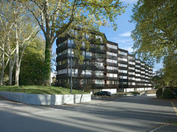 Die wellenartige Ausbildung der Fassade rhythmisiert das Volumen © Foto: Ruedi Walti, Basel
