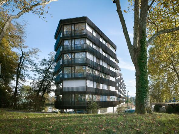 Die Modulation der Stirnseiten lässt das lange Haus schlank erscheinen © Foto: Ruedi Walti, Basel