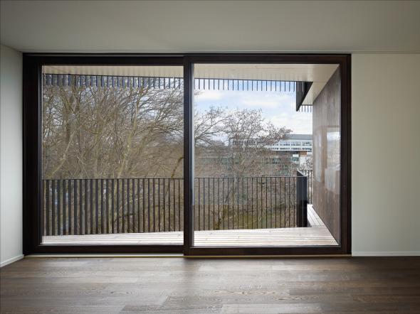Auch in den Wohnungen entsteht ein Bezug zum Aussenraum © Foto: Ruedi Walti, Basel