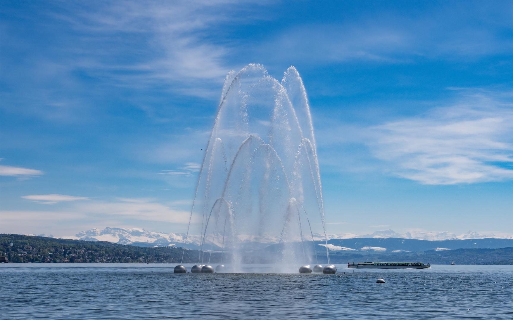 Wasserspiel Aquaretum mit Blick auf Berge © Gian Paul Lozza